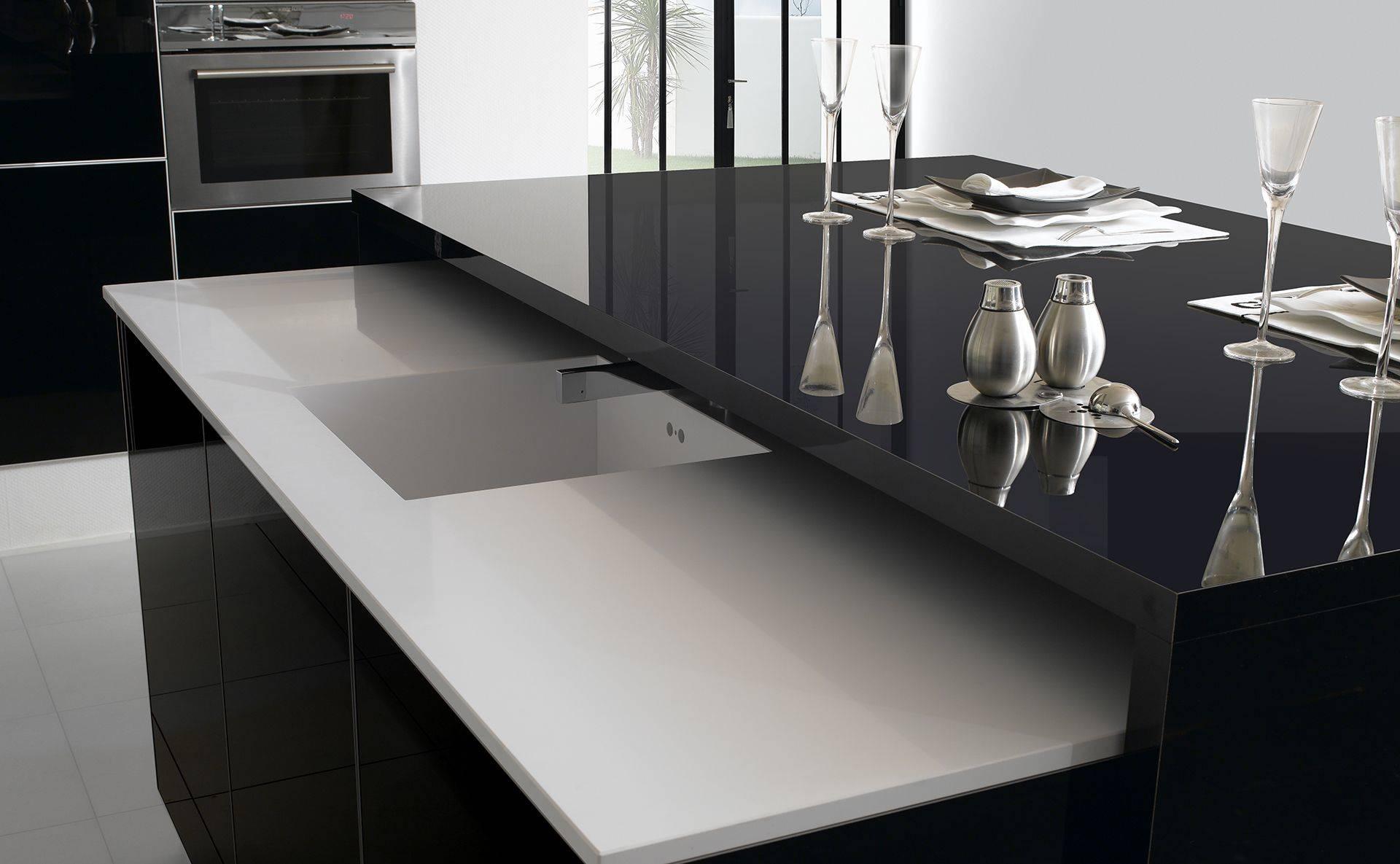 Cuisine ariane noir gloss design et sur mesure par for Table escamotable cuisine tiroir